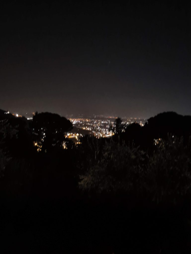 Blick über Pescia bei Nacht